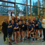 Freude nach die Spiel: Die Bezirksliga-Frauen feiern den ersten Sieg.