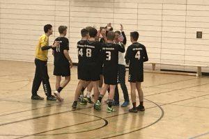 Freude nach dem Spiel: Die B-Jungs gewinnen gegen den Tabellenführer.