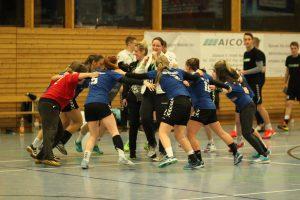 Freude nach dem Spiel: Die Frauen gewinnen das umkämpfte Match gegen starke Waldheimerinnen.